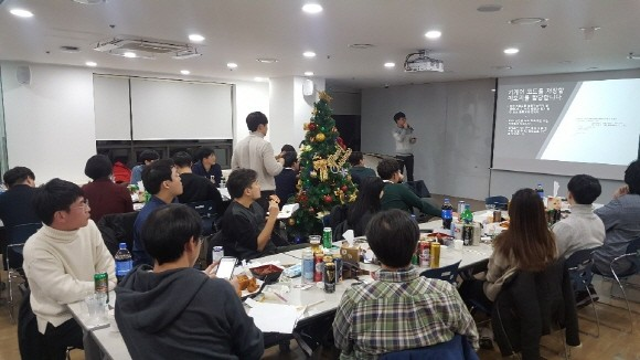 2017년 컨트리뷰톤 뒷풀이 모임에서 발표하는 나동희 개발자